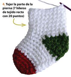 botitas o medias de Navidad tejidas a crochet - Christmas socks Baby Afghan Crochet, Crochet Baby Booties, Crochet Flower Tutorial, Crochet Flowers, Crochet Round, Crochet For Kids, Baby Knitting Patterns, Crochet Penguin, Crochet Slippers