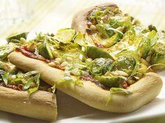 Spruitjespizza met mozzarella en pijnboompitten | Recept | KookJij