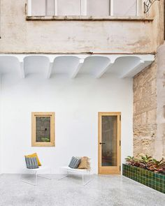Glazed green tiles provide a pop of colour against the white-painted walls and terrazzo floor of this courtyard for an apartment in Mallorca. Patio Interior, Apartment Interior, Interior Exterior, Exterior Design, Patio Tiles, Concrete Patio, Polished Concrete Flooring, Small Guest Rooms, White Master Bathroom