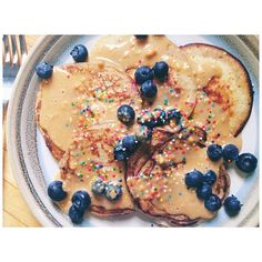 Day 17 // breakfast foods are my fave & since I have to the MRS, I just eat breakfast for lunch/dinner  look at these beautiful pancakes ✨ #breakfastforlunch #proteinpancakes #advocare #fitfam #24daychallenge #eatclean #healthy #sprinklesdonthavecalories #mlaceladiestoneup