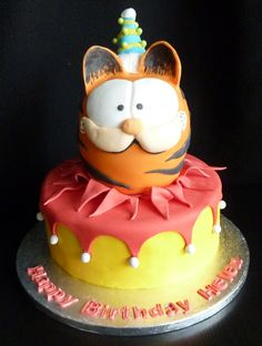This is favourite cartoon character Garfield birthday cake bought by a thoughtful boyfriend for his girlfriend. Awwww… garfield emerges from birthday cake