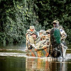 Fleuve #Maroni Guyane. Une section du 7e bataillon de chasseurs #7BCA renforcée par des gendarmes patrouille dans la forêt. Objectif : neutraliser les dispositifs d'orpaillage (extraction illégale d'or) et interpeller les contrevenants. Nom de l'#opération : Harpie CCH Olivier D/armée de Terre #armeedeterre #defense #defence #soldat # soldier #military #guyane #pirogue #fleuve #river #jungle #canoe Extraction, French Army, God Bless America, Cops, Firefighter, Military, Instagram Posts, Hunters, Olive Tree