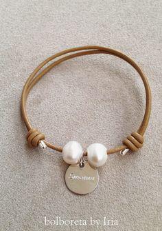 Bolboreta by Iria (complementos): Pulsera y gargantilla de cuero con perlas y chapa de plata personalizada