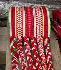 Her er et gammelt brikkevevd belte etter Mari Train (1858-1924) fra Hjartdal. Hun var viden kjent for de flotte beltene sine. Bands, Textiles, Blanket, Knitting, Crochet, Fashion, Weaving Looms, Crochet Hooks, Moda