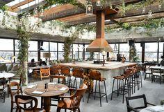 Bar, cucina e lounge sul tetto. L'area lounge è uno spazio in cui i soci possono mangiare e bere, si trova accanto alla zona piscina e si disloca attorno a un grande camino