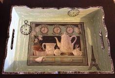 Linda bandeja em MDF com detalhes em decoupagem e pintada à mão em estilo retrô / vintage.