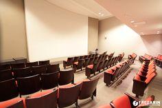 """Auditório na Av. Higienópolis com capacidade para 83 pessoas, poltronas confortáveis, ar condicionado, Wi-Fi, projetor, tela de 200"""", som, excelente acústica, púlpito, flip chart, espaço para coffe break, copa para apoio. Ligue (043)3315-7444 e faça sua reserva."""