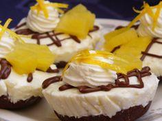 Formu na mufiny vyložíme potravinářskou folií (viz foto). Sušenky rozmixujeme, nebo rozdrtíme válečkem, přidáme změklé máslo, kokos, kakao a... Cheesecake, Pudding, Pie, Cupcake, Disney, Pineapple, Torte, Cake, Cheesecakes
