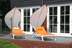 Awnings and parasols of modern design - 50 ideas Today we present fifty models of awnings and pergolas cover gardens and terraces that protect them f Cool Umbrellas, Patio Umbrellas, Iron Wall Decor, Canvas Wall Decor, Patio Umbrella Stand, Sun Sail Shade, Outdoor Cover, Parasols, Wall Decor Stickers