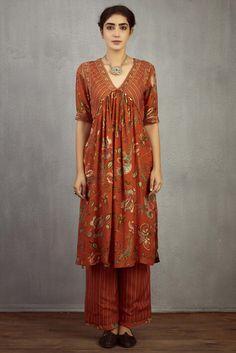 Shop Torani Printed Kurta Set , Exclusive Indian Designer Latest Collections Available at Aza Fashions Indian Dress Up, Indian Wear, Kalamkari Dresses, Kurta Designs, Dress Designs, Elegant Outfit, All About Fashion, Cotton Silk, Stylish Dresses