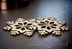 Snowfake Christmas tree ornament This beautiful 3D ornament is made of 2 pieces of laser cut perspex in a beautiful snowflake shape. You will get it flat and easily assemble the 2 pieces together to have a beautiful 3D snowflake ornament for your Christmas tree! Size 3.9X3.9X3.9
