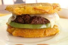 This plantain hamburger will make you never want to eat bread again. 16 Delicious Plantain Recipes That Will Make Your Life Better Plantain Recipes, Banana Recipes, Plantain Bread, Puerto Rican Recipes, Cuban Recipes, Dominican Food, Good Food, Yummy Food, Colombian Food
