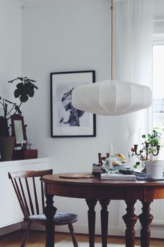 Vit svensktillverkad trådstomme med ekologisktbomullstyg i off white.Diameter: 60cmHöjd: 25 cm92 % bomull och 8 % Elestan. Global organic textile standard. GO