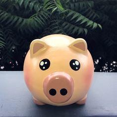 Piggy 🐽 Marranito 🐷 Recordatorios Para cumpleaños! Diseños escogidos por el cliente. Alcancías Personalizadas, 100% pintadas a Mano 🎨 ✍🏻 •… Personalized Piggy Bank, Ideas Para, Baby Shower, Holiday Decor, Bb, Crafts, Inspiration, Instagram, Vases
