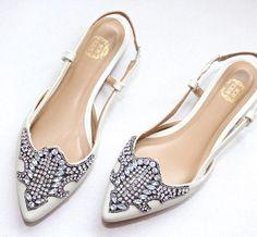 Sapatilha linha luxo ✨  #ecommerce #shoes #look #fashion #like4like  #lookdodia  #bolsas #loja #sapatofeminino #sapatilhas #anabela #mule… Slingback Flats, Ecommerce, Like4like, Sandals, Heels, Fashion, Look Do Dia, Shoe Cabinet, Clog Sandals
