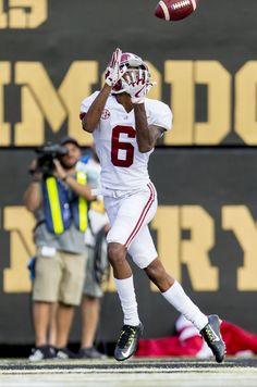 DeVonta Smith hauls in a touchdown reception from Tua Tagovailoa during the third quarter of the Alabama at Vanderbilt game, Sept. Sec Football, Nfl Football Players, Crimson Tide Football, Alabama Football, Alabama Crimson Tide, College Football Uniforms, Nike Wallpaper, Football Pictures, Roll Tide