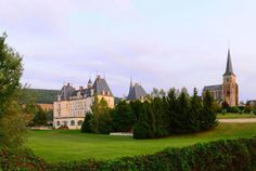 Bourgogne, Le Château de Sainte Sabine est situé face au village médiéval de Châteauneuf-en-Auxois et offre une vue imprenable sur les vallées verdoyantes qui l'entourent et constitue un point de départ idéal pour visiter le patrimoine architectural et historique local, ainsi que pour savourer les vins de la région.