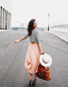 Love the skirt Pink Midi Skirt, Pleated Skirt Outfit, Skirt Outfits, Cool Outfits, Summer Outfits, Pink Skirts, Jupe Midi Rose, Street Style 2017, Autumn Fashion
