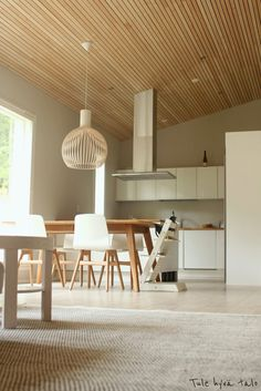 Tule hyvä talo: Esittelyssä ruokailutila Minimal House Design, Minimal Home, Modern Kitchen Design, Timber Ceiling, Wood Ceilings, Log Burner Living Room, Silent House, Scandinavian Interior, New Kitchen