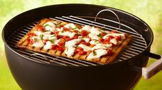 Roasted garlic and butter on the crust really enhance this Margherita pizza using can of Pillsbury refrigerated pizza crust Grilled Pizza Recipes, Grilling Recipes, Cooking Recipes, Vegetarian Grilling, Easy Recipes, Grilled Food, Healthy Grilling, Barbecue Recipes, Barbecue Sauce