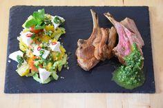 von kuechenereignisse.com  Lammkrone mit Bulgur-Minze-Salat und Tomaten, Gurken und Paprika. Und dazu eine Harissa.