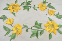 2 jaune et vert fleur de Lys Patches / appliqué avec le fer sur son support