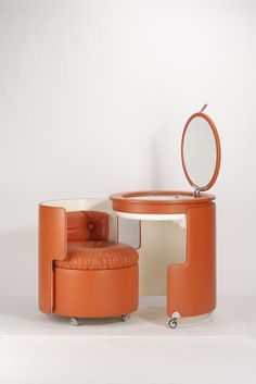 Luigi Massoni, Dilly Dally Vanity/Seating/Table/Storage (in seat) 4 in 1 uses. Unique Furniture, Vintage Furniture, Diy Furniture, Furniture Design, Oil Barrel, Dilly Dally, Home Design Magazines, Metal Drum, Barrel Furniture