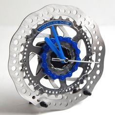This large desk clock is made using recycled brake rotor, cassette sprockets, chain which have been degreased and cleaned multiple times using an eco friendly cleaner and then buffed to a shine. The chain is either recycled or reclaimed offcuts, inner tube valves  act as the stand for the clock and still have some of the rubber attached to prevent slippage and marking of the desk / table top. All of my clocks require an AA (1.5V) battery. NOT supplied It is approx 16cm in diameter. Deliv...