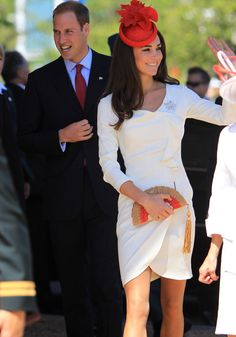 The Duke and Duchess of Cambridge are out and about for day three in Canada. Kate looks lovely in her Reiss dress that you may recognize from her engagement photos and she's carrying an Anya Hindmarch fan clutch, which is of course sold out! Looks Kate Middleton, Estilo Kate Middleton, Duchess Kate, Duke And Duchess, Duchess Of Cambridge, Reiss Dresses, Pantyhosed Legs, Fascinator Hairstyles, Prince William And Kate