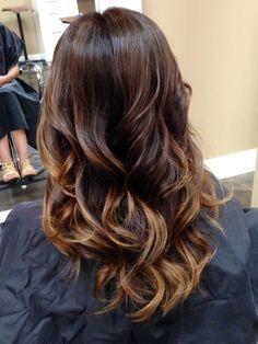 Efectos Balayage sutil en cabello natural, en matices bronceados.