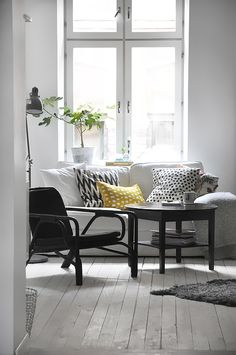 Black/white/yellow salon living