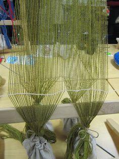 Hibernaatiopesäke: Pystykangaspuut, osa 1. Warp weight weaving, part one.
