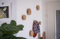 Eine schlanke Garderobenlösung muss her, am besten direkt an der Wand. Ein paar schicke Anhänger sind unser Vorschlag, variabel, erweiterbar und schön schlicht. Als Material haben 20mm Eiche mehrfa…