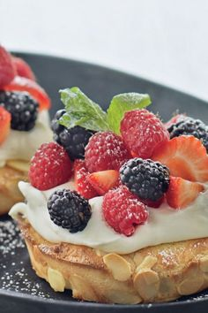 Sweet Berry Breakfast Pizza Note to self: try this with ricotta cheese next time. Köstliche Desserts, Delicious Desserts, Dessert Recipes, Yummy Food, Strawberry Rhubarb Muffins, Strawberry Breakfast, Breakfast Pizza, Breakfast Dishes, Breakfast Recipes