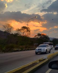 Gorgeous! shared by celcorpca #landscape #contratahotel (o) http://ift.tt/2oACyx9 amanece  Encuentra siempre el lado bonito de la vida!  #FelizLunes  Qué tengas la mejor semana posible!  ___ #BuenLunes #Lunes #FelizSemana #Venezuela #Celulares s #paisajes #paisajesvenezolanos #carretera #carreteras #ARC #ontheroad #cielo #sky #amanecer #sunrise #sun #clouds #nubes #actitud