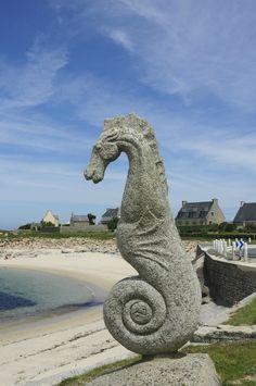 Plouescat (Ploueskad), chef-lieu du canton, fait partie de l'arrondissement de Morlaix. C'est une commune du nord Finistère (Penn-ar-Bed), dans le pays de Léon, sur la Côte des Légendes, à la limite du pays Pagan. (29) L'hippocampe de Plouescat a été gravé par les sculpteurs Patrig Ar Goarnig et Lucien Crenn. Taillé dans un bloc de granit, il a été créé à l'occasion d'une exposition réalisée en 1989 par l'association Plouesc'Art à l'instigation de son président Gilbert Mével. French Summer, Western Coast, Brittany France, Art World, Arrondissement, Cool Photos, Sculptures, Occasion, Statue