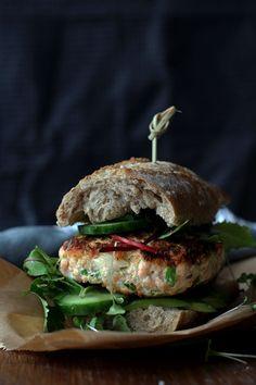 Salmon burger with avocado and wasabi mayonnaise (Zalmburger met avocado & wasabi mayonaise)