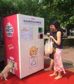 13 examples showing that there's a place for kindness in the world vending machine of Turkish company Pugedon successfully distributes food to homeless animals in China. By the way, to pour 20 g of animal feed, you need to insert 1 plastic bottle. Animal Fails, Animal Memes, Homeless Dogs, Forest Creatures, Construction, Dog Memes, Plastic Bottles, Pet Care, Inventions