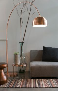wohnzimmer stehlampe ausgefallenes design teppich beistelltisch