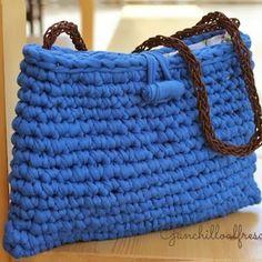 Patrones Trapillo: BOLSOS Diy Crochet Bag, Crochet Clutch, Crochet Purses, Knit Crochet, Crochet Hats, Fabric Yarn, T Shirt Yarn, Knitted Bags, Blue Bags