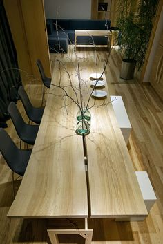Amazing Home design is actually really great because it use a Amazing theme where it can make our Home looks great. Check the latest Amazing Home design by reading (Classic Apartment Interior Design With Minimalist Art Decoration) Wooden Slab Table, Timber Table, Wooden Dining Tables, Live Edge Table, Wood Interiors, Apartment Interior Design, Furniture Styles, Furniture Inspiration, Rustic Furniture