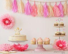 Mesa dulce de comunión en rosa. http://www.papermoonandco.com/