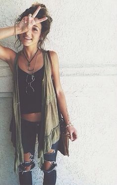 I think this would be a really cute summer outfit but with different jeans.