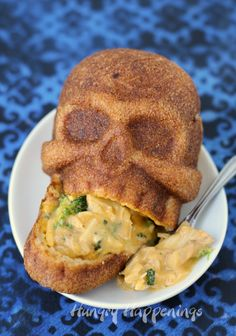 Broccoli and Chicken Stuffed Skulls Scare up some fun this Halloween for dinner and serve some Cheesy Broccoli and Chicken Calzone Skulls. See the recipe at . up some fun this Halloween for dinner and serve some Cheesy Broccoli and Chicken Halloween Snacks, Entree Halloween, Halloween Fingerfood, Hallowen Food, Recetas Halloween, Spooky Halloween, Halloween Party, Chicken Halloween, Halloween Dinner Parties