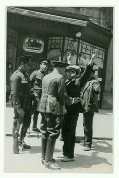1932. Guàrdies d'assalt escorcollant vianants a La Rambla de Barcelona. Foto de…