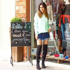 Aqui na @foccaj provando as novidades e pirando nessa mini saia jeans da @ziann_jeans. Viram que fiz um post sobre isso no blog gatas? Apostem na mini à vontade no inverno viu? Aliás com maxi tricô e over boots fica incrível!