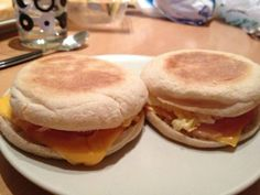 Egg muffins Oeuf Bacon, Bacon Egg Muffins, Mcmuffin, Evening Meals, Hamburger, Brunch, Sandwiches, Toast, Eggs