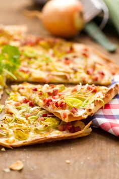 Gegrillter Flammkuchen Hawaiian Pizza, Vegetable Pizza, Quiche, Tacos, Food And Drink, Vegetables, Breakfast, Ethnic Recipes, Grated Cheese