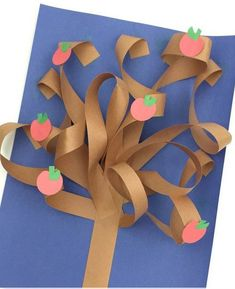 Construction Paper Tree – Twitchetts This constructions paper tree is a fun construction paper craft. Create it all seasons by just switching up the apples for blossoms, green leafs, fall leaves, or leave them bare. Autumn Crafts, Fall Crafts For Kids, Spring Crafts, Art For Kids, Kindergarten Art, Preschool Crafts, Paper Crafts For Kids, Fun Crafts, Construction Paper Crafts