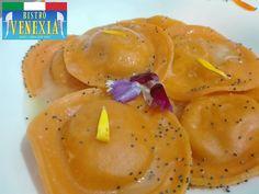 Cappelli ripieni di zucca e amaretti in una salsa di latte affumicato. Accostamenti tipici italiani in una presentazione sorprendente.